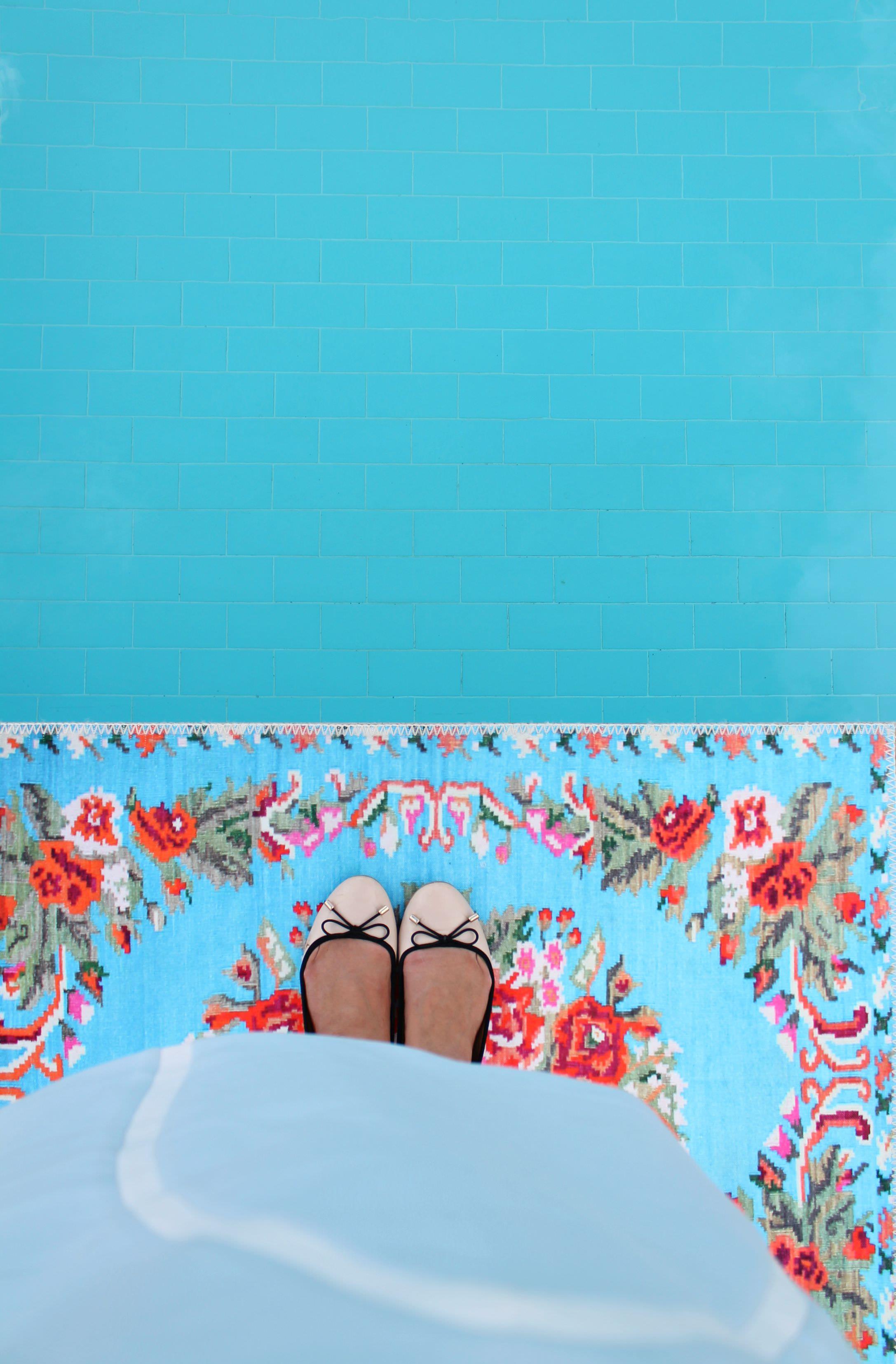 Rozenkelim-rose-bath-mat-photo-by-Little-Big-Bell